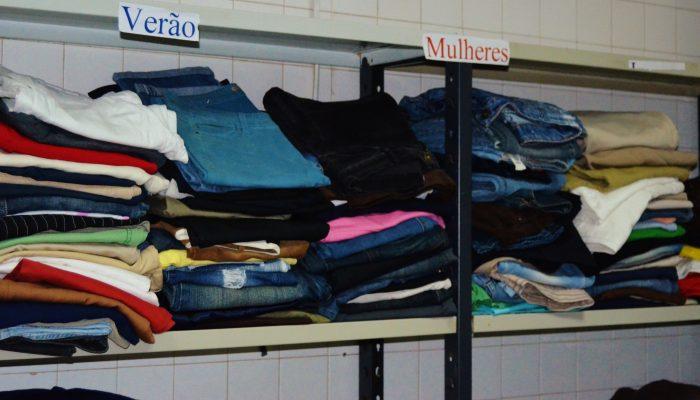 Armazem de roupa organizada