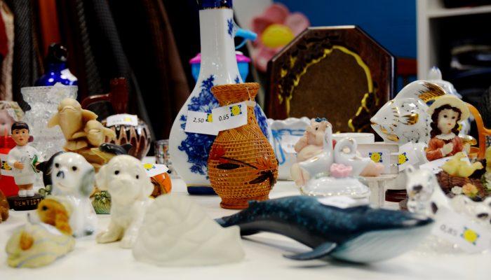 Objetos doados em exposição para venda