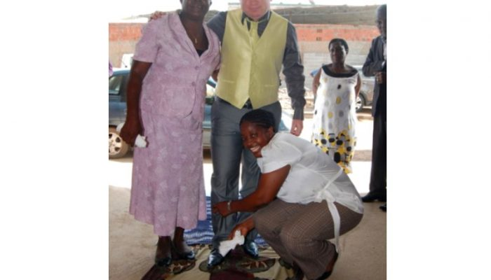 As tias da noiva recebem o noivo.