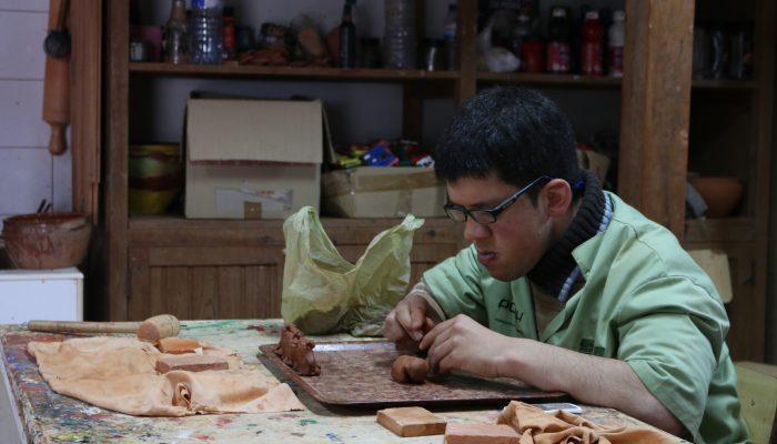 Processo de moldagem de bonecos feitos a barro à mão