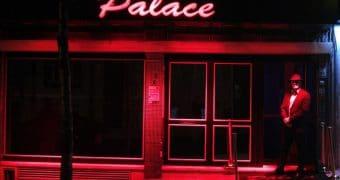 Um dos bares de striptease da zona